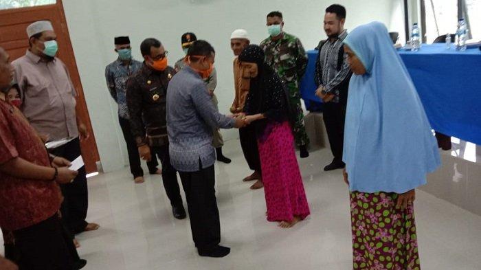Baitul Mal Aceh Jaya Serahkan Bantuan untuk Fakir dan Miskin