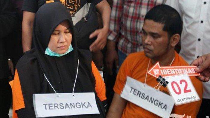 Tersangka kasus pembunuhan Hakim Pengadilan Negeri Medan, Zuraida Hanum yang juga istri korban Jamaluddin (kiri), dan eksekutor pembunuhan Jefri Pratama (kanan), memperagakan adegan tempat bertemunya dengan seorang eksekutor saat rekonstruksi atau reka ulang di Cafe Every Day Jalan Ringroad Medan, Sumatera Utara, Senin (13/1/2020). (Tribun Medan/Riski Cahyadi)