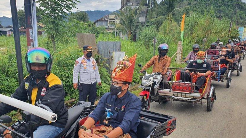 sandiaga-uno-diboncengi-becak-motor-saat-memasuki-desa-wisata-nusa.jpg