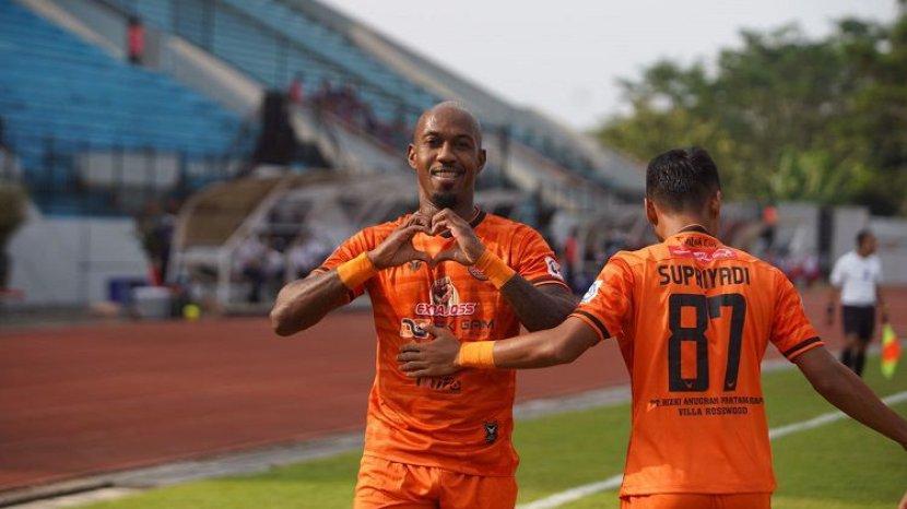 striker-asing-persiraja-banda-aceh-paulo-henrique-berselebrasi-usai-cetak-gol-ke-gawang-persita.jpg