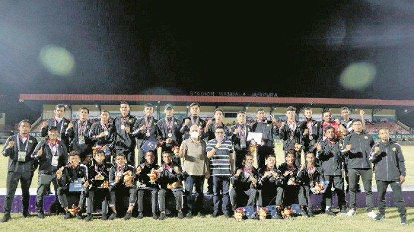 tim-sepak-bola-aceh-foto-bersama-seusai-pengalungan-medali-perak-pon-xx.jpg