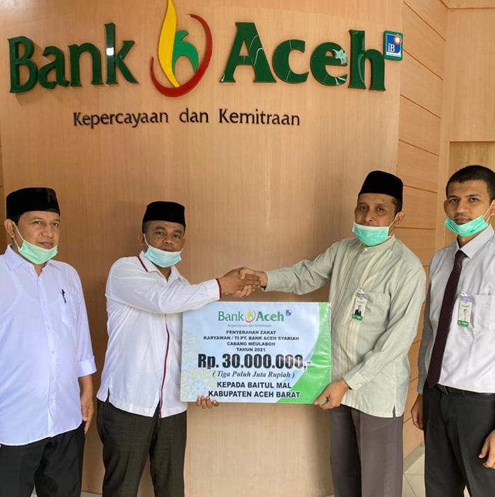 Pemimpin Bank Aceh Syariah Meulaboh, Jamaluddin ( duakanan) menyerahkan secara simbolis zakat karyawan/i kepada Ketua Baitul Mal, Tgk Bakhtiar (duakiri) di Lobi Kantor Bank Aceh Syariah Meulaboh, Rabu (5/5/2021).