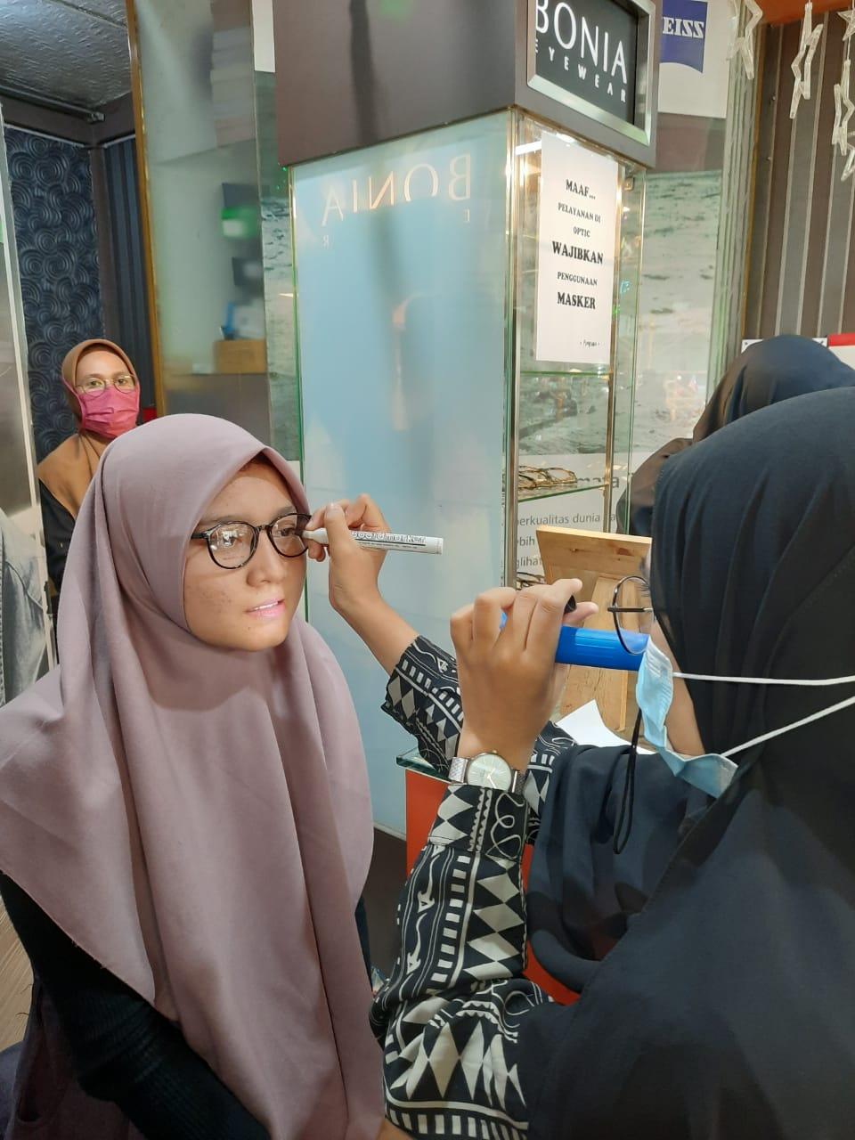 Para pelajar melakukan pemeriksaan mata, sebagai bentuk kepedulian BRI terhadap para pelajar yang mengalami gangguan penglihatan.