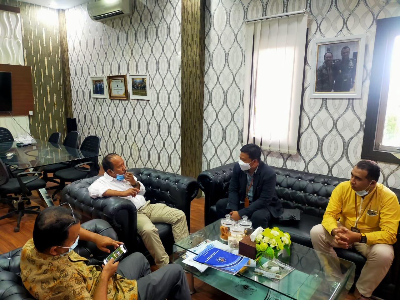 Pemimpin Cabang BRI Insurance Aceh Syariah, Ashar Anwar (kedua dari kanan) dan Rektor Universitas Teuku Umar (kedua dari kiri) berdiskusi tentang asuransi di ruang rektor Universitas Teuku Umar, Meulaboh (19/03)