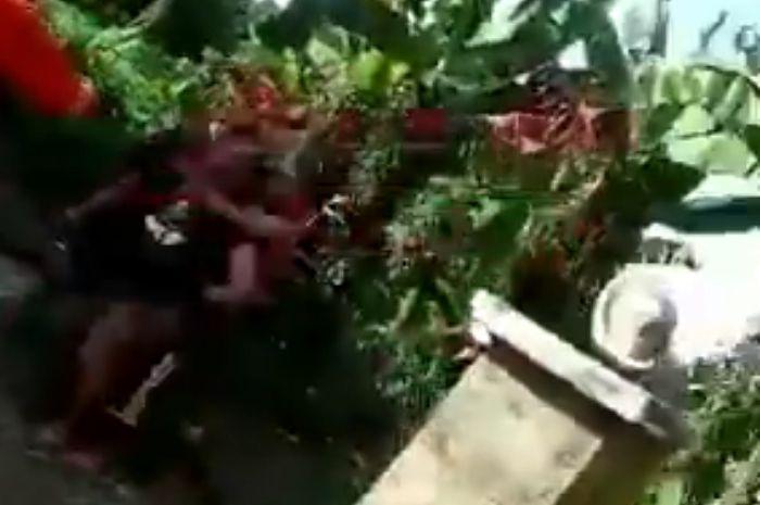 Warga pukuli petugas pemadam kebakaran.