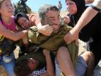 ahed-tamimi-kiri-ketika-bersitegang-dengan-seorang-pasukan-israel_20171220_171025.jpg