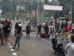 aksi-blokade-jalan-oleh-masyarakat-di-manokwari-papua.jpg