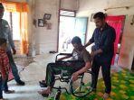 al-farlaky-menyerahkan-sejumlah-kursi-roda-kepada-warga_20180313_223409.jpg