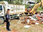 alat-berat-dinas-lingkungan-hidup-kabupaten-aceh-besar-membersihkan-sampah.jpg