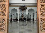 amaah-hanya-terisi-setengah-di-masjid-raya-baiturrahman-banda-aceh-jumat-2722020.jpg