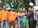 aminullah-usman-serahkan-bantuan-paket-ramadhan-kepada-petugas-kebersihan-kota.jpg