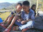 anak-anak-bermain-hp-di-ujung-jembatan-agusen_20180517_091236.jpg