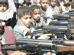 anak-anak-di-bawah-umur-menjadi-pasukan-militer-dan-menenteng-senjata-api.jpg