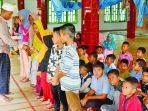 anak-anak-di-meunasah-alue-kecamatan-nisam-aceh-utara-menerima-beasiswa.jpg