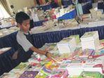 anak-anak-melihat-buku-pelajaran-di-pesta_20171221_095923.jpg