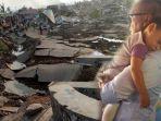 anak-kecil-digendong-mensos-usai-ditemukan-di-saluran-air-pasca-gempa-dan-tsunami-palu_20181005_202444.jpg