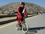 anak-laki-laki-bermain-sepeda-di-kabul-afghanistan.jpg