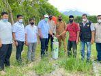 anggota-dpr-ri-komisi-iv-h-irmawan-ssos-mm-menyerahkan-bantuan-bibit-bawang.jpg