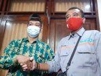 anggota-dprd-bantul-supriyono-batik-hijau-bersalaman-dengan-ketua-fprb-bantul-waljito.jpg