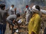 anggota-keluarga-korban-covid-19-menyiapkan-tumpukan-kayu-di-india.jpg