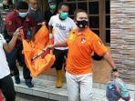 anggota-polisi-mengangkut-jenazah-seorang-remaja-putri-desa-kedungdowo-kecamatan-kaliwungu.jpg