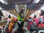 anggota-satlantas-polres-bireuen-memeriksa-penumpang-bus.jpg