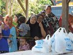 antrean-pasar-murah-di-bireuen_20170607_170447.jpg