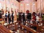 aparat-keamanan-sri-lanka-berjalan-di-antara-puing-di-dalam-gereja-st-sebastian.jpg