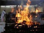 api-membumbung-dari-tempat-kremasi-new-delhi-india.jpg