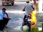 api-menjalar-di-sepeda-motor-seorang-pria-ketika-disemprot-disinfektan.jpg
