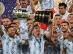 argentina-juara-copa-america-2021_lionel-messi-angkat-trofi-juara_.jpg