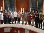 azis-syamsuddin-berfoto-bersama-delegasi-dpra-komisi-i.jpg