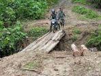 babinsa-berjibaku-dengan-lumpur-menuju-desa-binaannya-di-pedalaman-kecamatan-rantau-seulamat.jpg