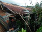 babinsa-bersama-bpbd-bener-meriah-dan-masyarakat-setempat-membersihkan-puing-rumah.jpg