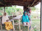 babinsa-kodim-0114-aceh-jaya-memakaikan-masker-kepada-lansia-di-desa-lhok-gelumpang.jpg
