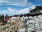 bahan-bangunan-dikemas-dalam-karung-goni-di-dermaga-pulau-banyak-aceh-singkil.jpg