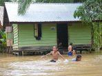 banjir-di-aceh-barat-surut_sebagian-rumah-masih-tergenang.jpg
