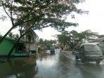 banjir-yang-menggenangi-badan-jalan-di-ujung-bawang-berangsur-surut-sabtu-7122019.jpg