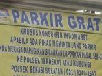 banner-parkir-gratis-di-salah-satu-toko-indomaret-di-kawasan-bekasi-jawa-barat.jpg