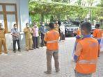 bantuan-kepada-petugas-kebersihan-atau-pasukan-orange-di-halaman-kantor-dlhk3.jpg