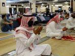 berdoa-di-masjid-riyadh-arab-saudi.jpg