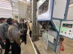 bupati-abdya-akmal-ibrahim-meninjau-sekaligus-membuka-proses-pengoperasian-mesin-kilang-padi.jpg