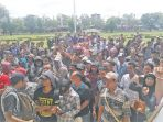 bupati-aceh-tamiang-mursil-menjumpai-pendemo_20180828_094511.jpg