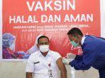 bupati-aceh-timur-h-hasballah-bin-hm-thaib-sh-memperlihatkan-vaksin-sinovac.jpg