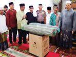 bupati-aceh-utara-h-muhammad-thaib-menyerahkan-bantuan_20180603_090359.jpg