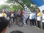 bupati-nagan-raya-melepaskan-peserta-fun-bike_20161127_120014.jpg