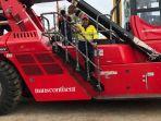 ceo-pt-trans-continent-ismail-rasyid-di-atas-kendaraan-alat-berat-reach-stacker-crane.jpg