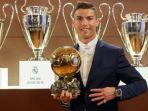 cristiano-ronaldo-berpose-dengan-trofi-ballon-dor-france-football_20171220_103625.jpg