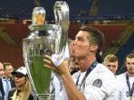 cristiano-ronaldo-mencium-trofi-liga-champions_20160529_114858.jpg