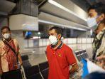 dede-el-fikar-mengenakan-kaos-merah-di-bandara-soekarno-hatta-23-juli-2021-disambut-tim-bppa.jpg